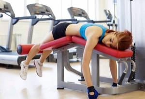 Фото: Утомлённая девушка на тренажёре