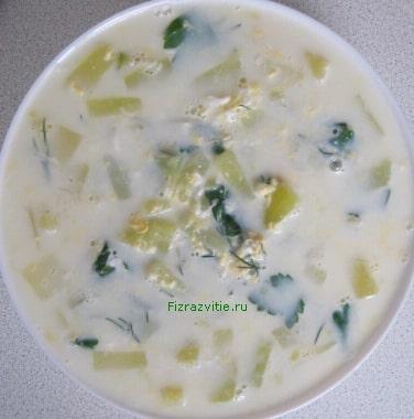 Фото: Тарелка молочного супа с кабачком и яйцом
